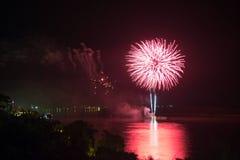 Het nieuwjaar ` s Eve Fireworks lanceerde van het water met bezinningen stock afbeelding