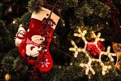 Het nieuwjaar` s speelgoed hangt op de Kerstboom, feestelijke decoratie op de boom Royalty-vrije Stock Foto
