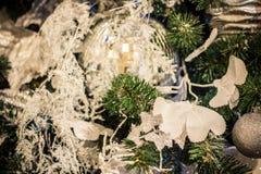 Het nieuwjaar` s speelgoed hangt op de Kerstboom, feestelijke decoratie op de boom Stock Afbeelding