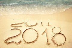 Het nieuwjaar 2018 vervangt 2017 op de overzeese strandzomer, is het Nieuwjaar 2017 komend concept close-up Stock Foto's