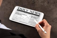 Het nieuws van de bedrijfsvrouwenlezing stock afbeeldingen