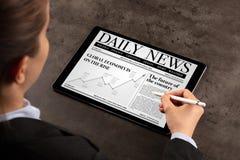 Het nieuws van de bedrijfsvrouwenlezing stock afbeelding