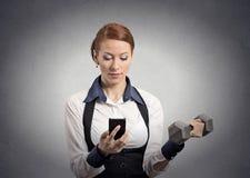 Het nieuws van de vrouwenlezing op smartphone opheffende domoor Stock Fotografie