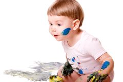 Het nieuwsgierige babymeisje schilderen stock foto's