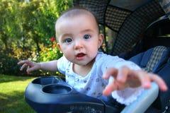 Het nieuwsgierige meisje van de 7 maand oude baby Stock Foto
