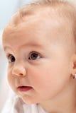 Het nieuwsgierige portret van het babymeisje Royalty-vrije Stock Afbeeldingen