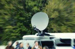 Het nieuwsvrachtwagen van TV in opzettelijk motieonduidelijk beeld Royalty-vrije Stock Fotografie