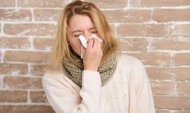 Het niezen niet einde Het mooie meisje niezen van seizoengebonden griepvirus De leuke vrouw ving neus koud of allergisch Rhinitis royalty-vrije stock fotografie