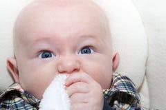 Het niezen van de baby Stock Afbeeldingen