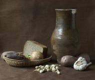 Het nog-leven met kleikruik, brood en groenten Stock Foto's