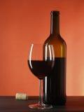 Het nog-leven met wijnfles en glas Stock Foto's