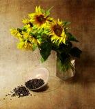 Het nog-leven met zonnebloemen en zaden Stock Fotografie