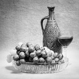 Het nog-leven van druiven, fles en glas wijn stock afbeeldingen