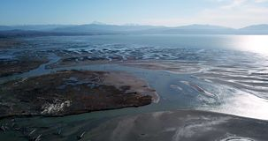 Het Nooksack-water van het rivierafvoerkanaal van de cascadewaaier uit aan Puget Sound stock footage