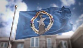 Het noordelijke 3D Teruggeven van Mariana Islands Flag bij de Blauwe Hemelbouw Stock Foto's