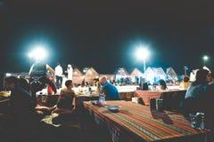 Het noorden Goa, India - Januari 2, 2019: Klanten die bij dineren beroemde kustkoffie in recent - nachtpartij Het openluchtrestau stock afbeeldingen