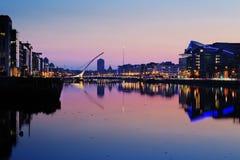 Het noordenbank van de rivier Liffey in Dublin City Center bij nacht Stock Afbeelding