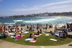 Het NOORDENbondi STRAND, AUSTRALIË - breng zestiende in de war: Mensen die op ontspannen Stock Afbeeldingen