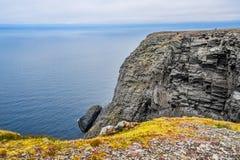 Het noordenkaap Nordkapp en de Barentsz Zee bij het noorden van het Eiland Mageroya in Finnmark, Noorwegen stock foto