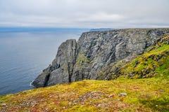 Het noordenkaap Nordkapp en de Barentsz Zee bij het noorden van het Eiland Mageroya in Finnmark, Noorwegen stock afbeelding