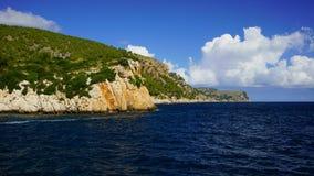 Het noordenkust van Mallorca, Spanje Maritiem landschap met rotsachtige klippen en diepe blauwe wateren van de Middellandse Zee stock fotografie