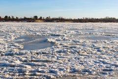 Het noordenrivier met ijs wordt behandeld dat Stock Afbeelding