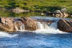 Het noordpoolgebied valt de rivier in de toendrazomer Royalty-vrije Stock Foto