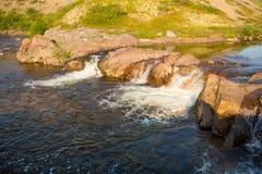Het noordpoolgebied valt de rivier in de toendrazomer Royalty-vrije Stock Afbeelding