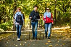 Het noordse lopen - het actieve mensen uitwerken Royalty-vrije Stock Foto