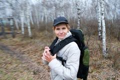 Het noordse lopen in het bos Royalty-vrije Stock Fotografie