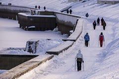 Het noordse lopen in de winter op de strandboulevard Royalty-vrije Stock Foto