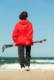 Het noordse lopen Vrouw die op het strand wandelen Stock Foto