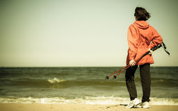 Het noordse lopen Vrouw die op het strand wandelen Royalty-vrije Stock Foto's