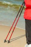Het noordse lopen Vrouwelijke benen die op het strand wandelen Stock Afbeelding