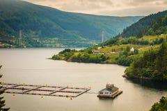 Het Noorse landbouwbedrijf van het vissenfokken op water Stock Afbeeldingen