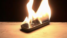 Het nostalgische oude celtelefoon branden stock video