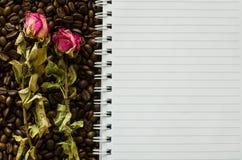 Het notitieboekje en verschrompeld nam toe Royalty-vrije Stock Afbeelding