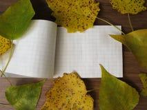Het notitieboekje met de herfst verlaat kader royalty-vrije stock afbeeldingen