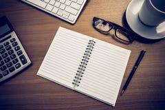 Het notitieboekje is op de lijst met calculator stock afbeeldingen