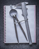 Het notitieboekje van de de diabeugel van het tekeningskompas op zwarte achtergrond const Stock Afbeeldingen