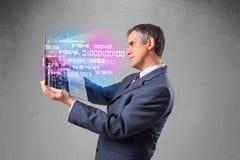 Het notitieboekje van de zakenmanholding met exploderende gegevens en aantallen Stock Foto's