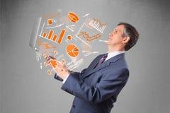 Het notitieboekje van de zakenmanholding met grafieken en statistieken Stock Foto's