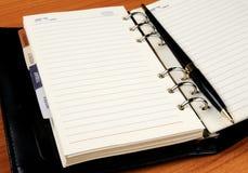Het notitieboekje van het leer met zwarte pen Stock Fotografie