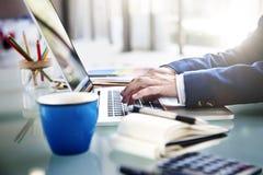 Het Notitieboekjeconcept van zakenmanworking typing using stock foto's