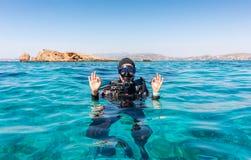 Het O.K. teken door een vrouwelijke scuba-duiker royalty-vrije stock afbeelding