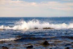 Het oceaan golf bespatten royalty-vrije stock afbeelding