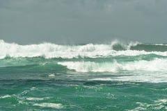 Het oceaan wit van brandingsgolven met schuim stock foto's