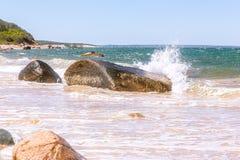 Het oceaangolf bespuiten op grote rots op Martha's Vineyard, doctorandus in de letteren royalty-vrije stock fotografie