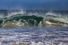 Het oceaangolf Breken Stock Afbeeldingen