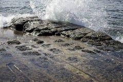 Het oceaangolf breken over gebroken rotsen in Tasmanige royalty-vrije stock afbeelding
